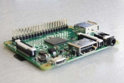 Новая модель Raspberry Pi столь мала, что умещается на кончике пальца